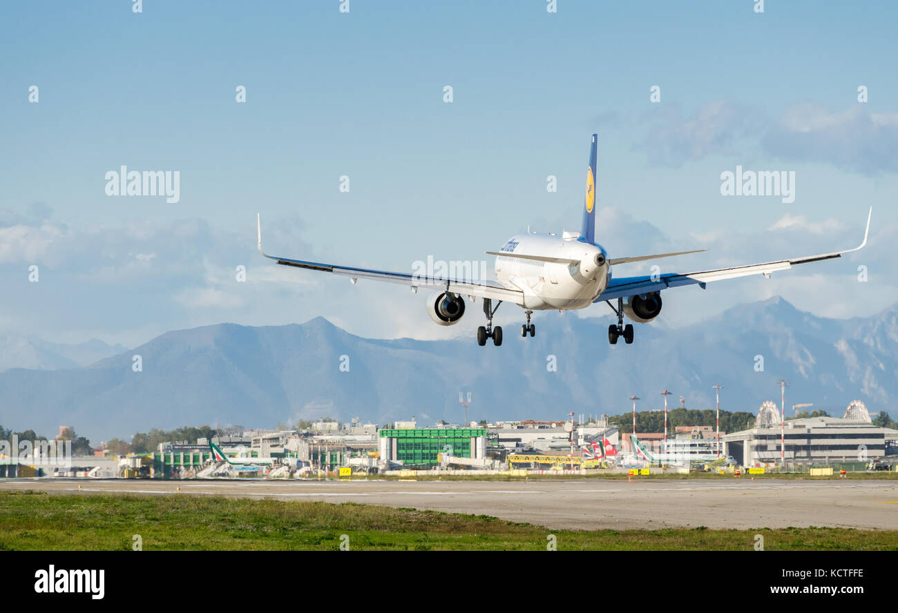 a-lufthansa-airbus-a320-200-landing-at-milan-linate-airport-these-KCTFFE.jpg