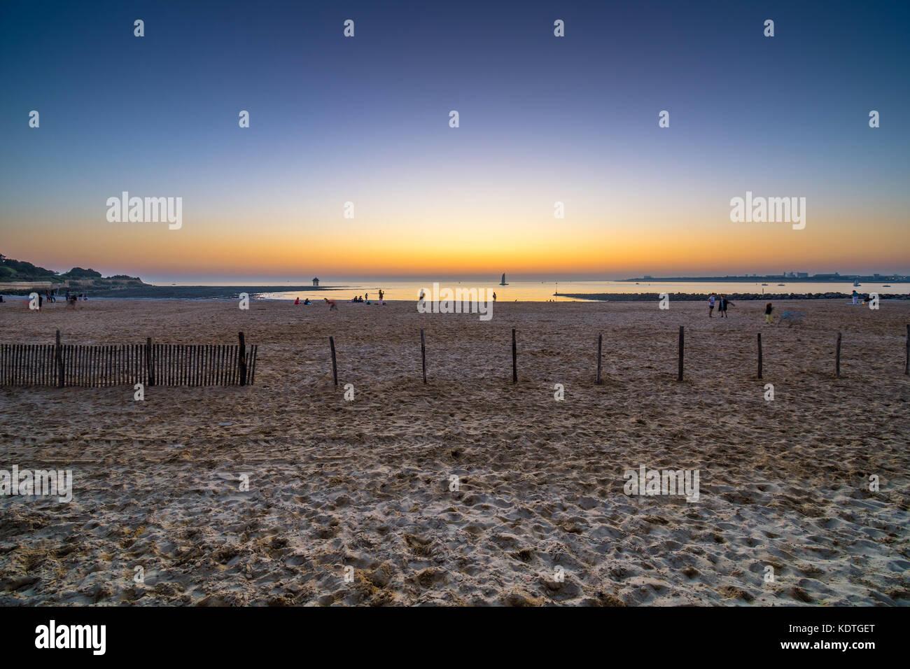 Sunset across the beach, Les Miinnimes, La Rochelle, France. - Stock Image