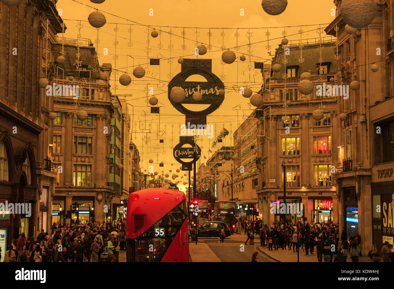 london-uk-16th-oct-2017-shoppers-on-oxford-street-do-not-appear-too-KDW4HJ.jpg