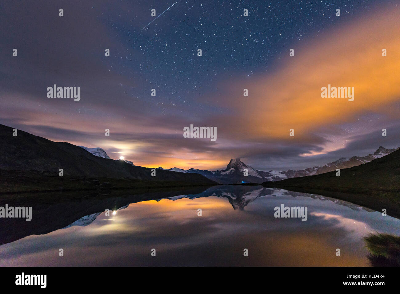 Night view, starry sky with shooting star, snow-covered Matterhorn reflected in the Sellisee, Valais, Switzerland - Stock Image