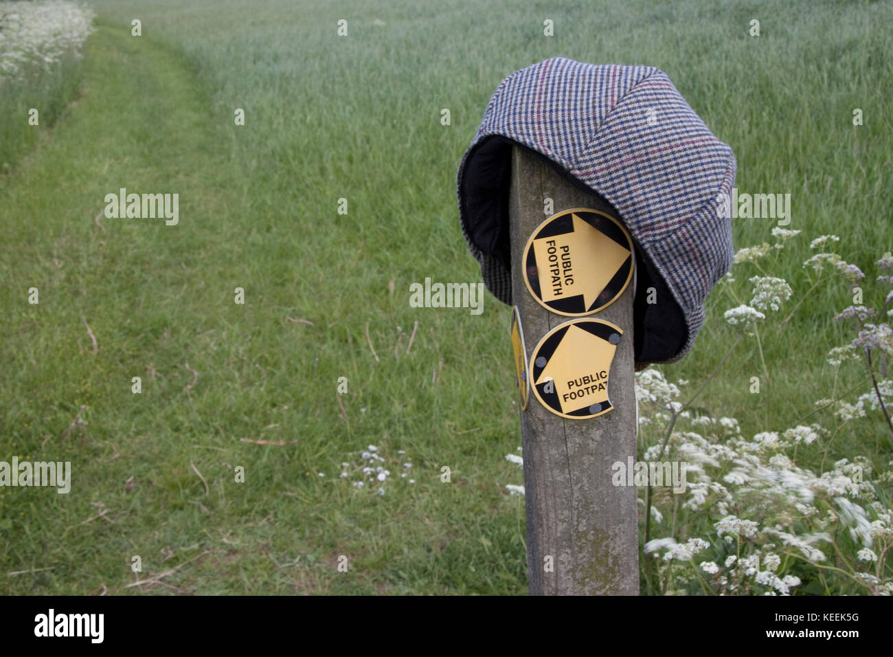 A lost flat cap on a post indicating footpaths - Stock Image