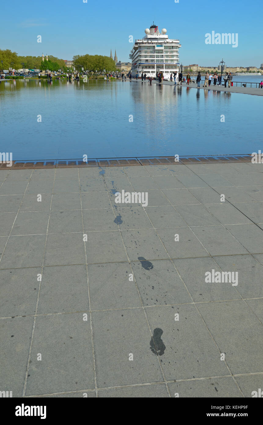 Slabs water stock photos slabs water stock images alamy for Mirror pool bordeaux