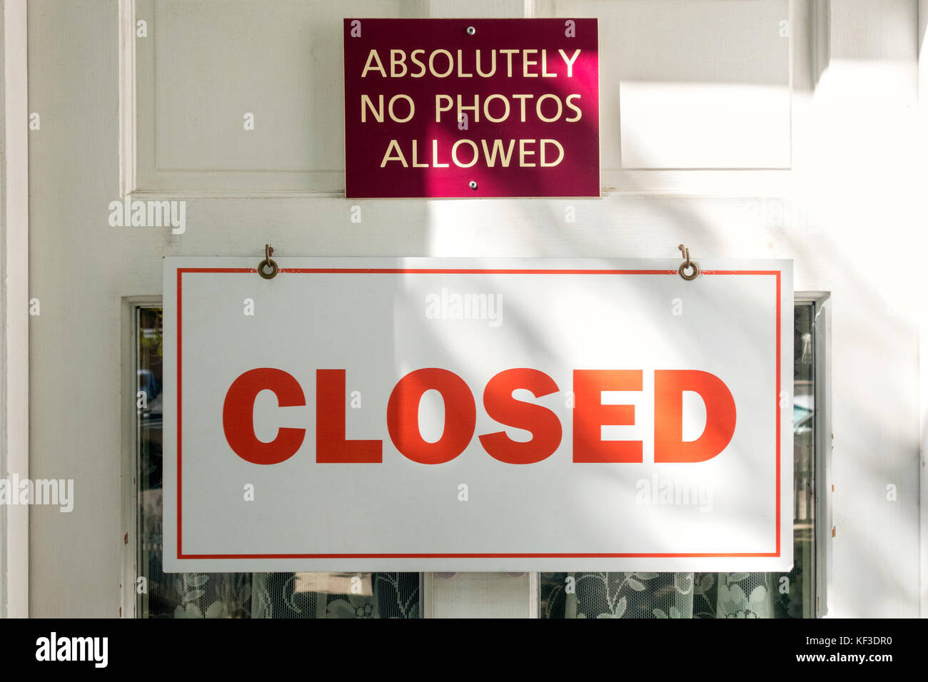 http://c7.alamy.com/comp/KF3DR0/sign-absolutely-no-photos-allowed-on-closed-museum-door-with-sign-KF3DR0.jpg