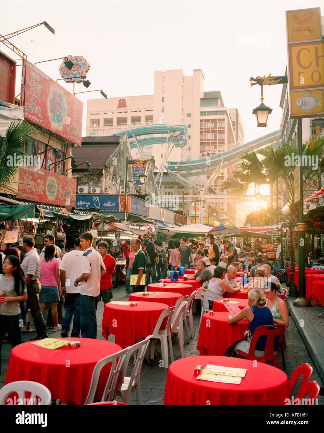 MALAYSIA, Kuala Lumpur, people eating food at street cafe in Chinatown - Stock Image