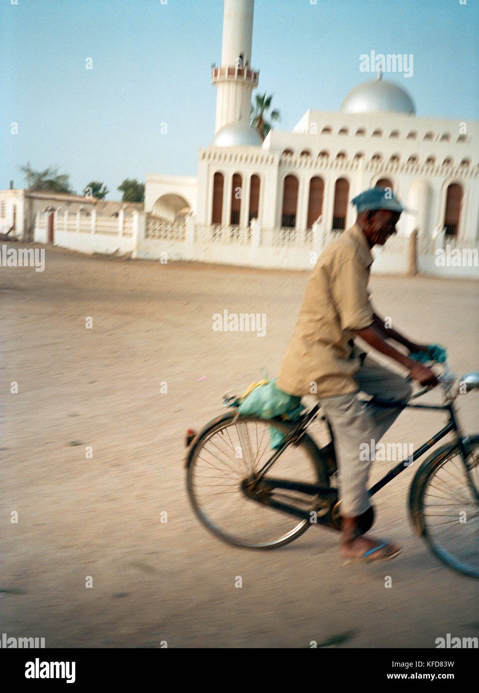 ERITREA, Massawa, a man rides his bicycle in front of a mosque in Massawa - Stock Image