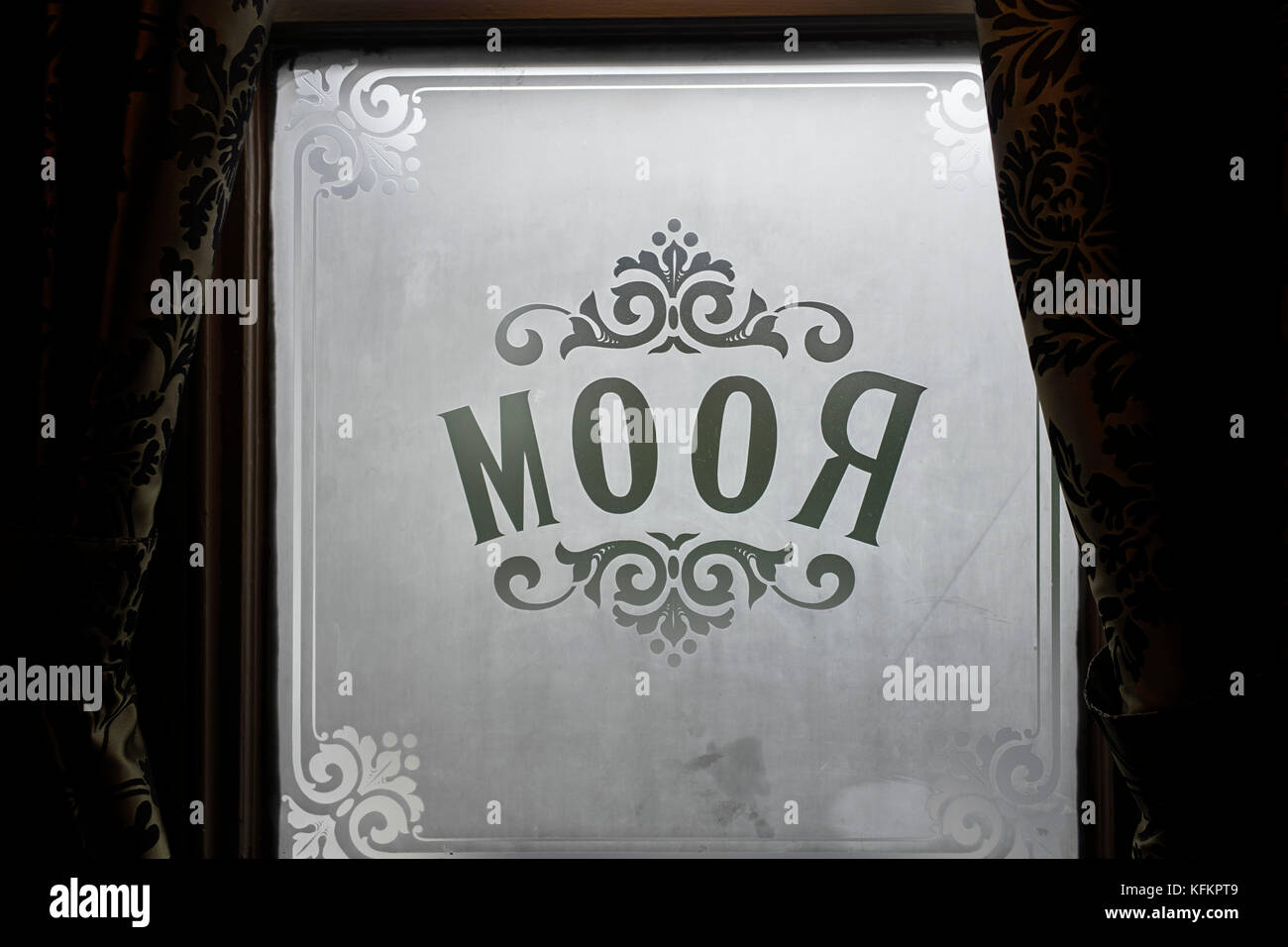 Room sign on etched glass in pub window - Stock Image