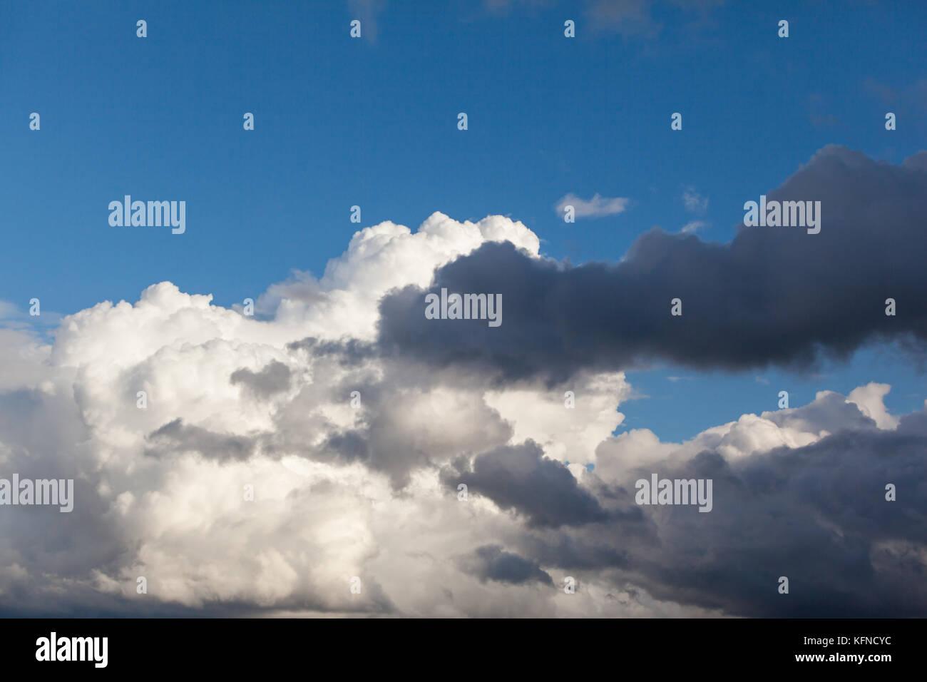 wolke blauer himmel stock photos wolke blauer himmel stock images alamy. Black Bedroom Furniture Sets. Home Design Ideas