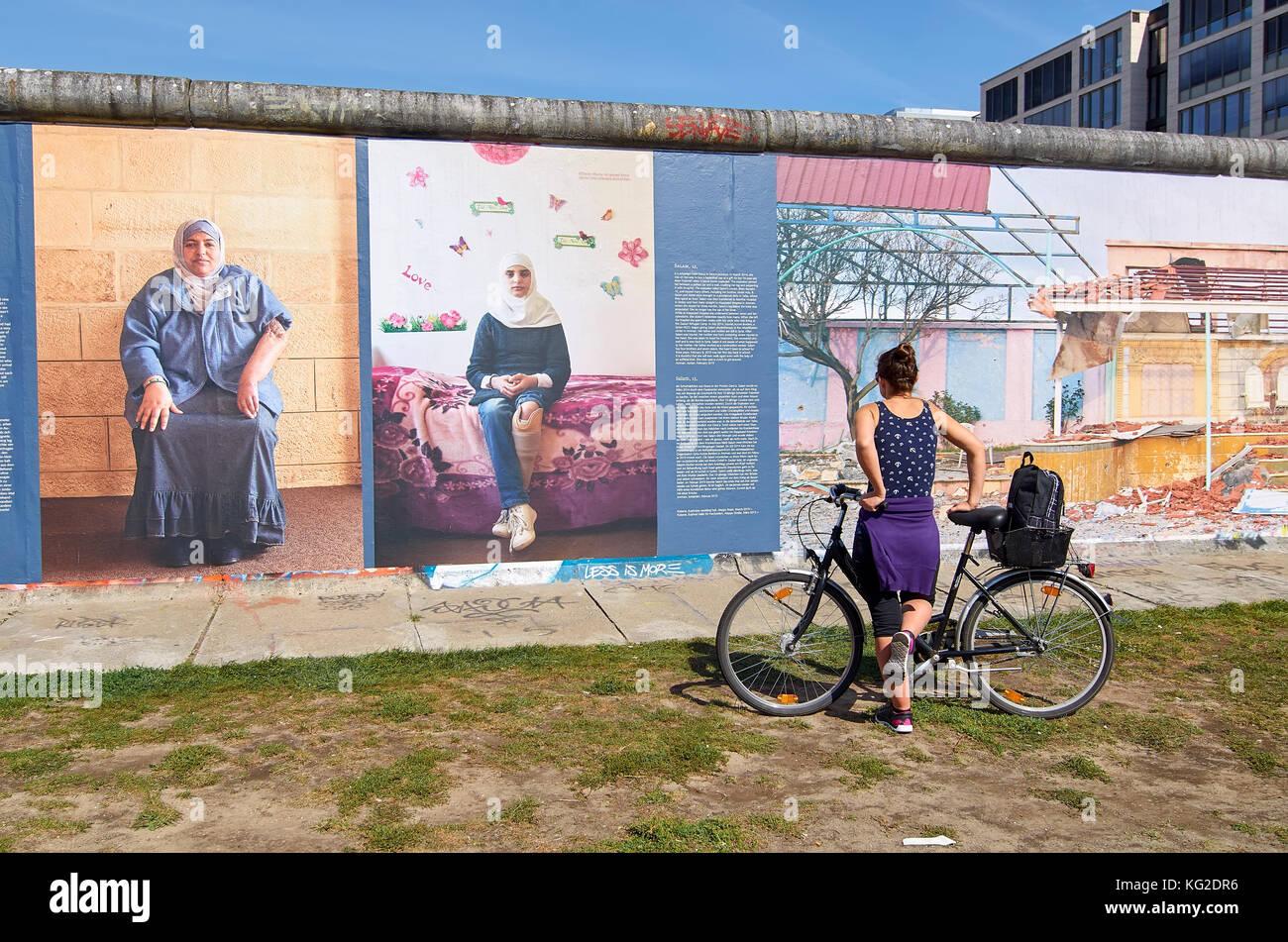 woman-admiring-berlin-wall-KG2DR6.jpg