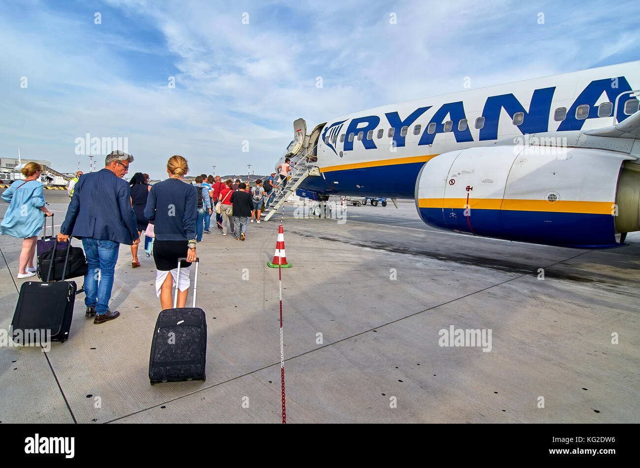 people-boarding-ryanair-plane-KG2DW6.jpg