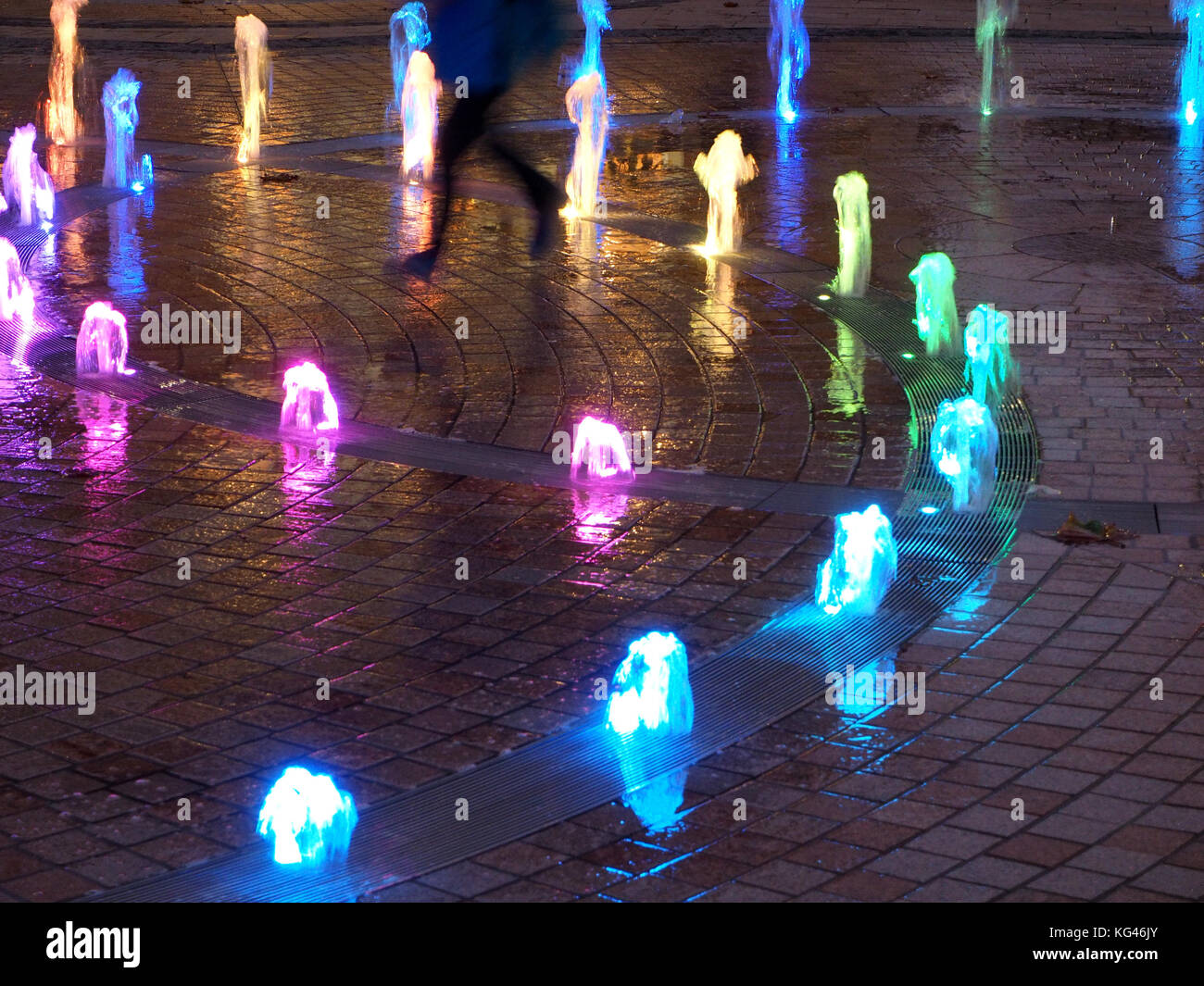 Hull, UK. 2nd Nov, 2017. Youngsters enjoy the illuminated fountains in the centre of Hull - City of Culture 2017 - Stock Image