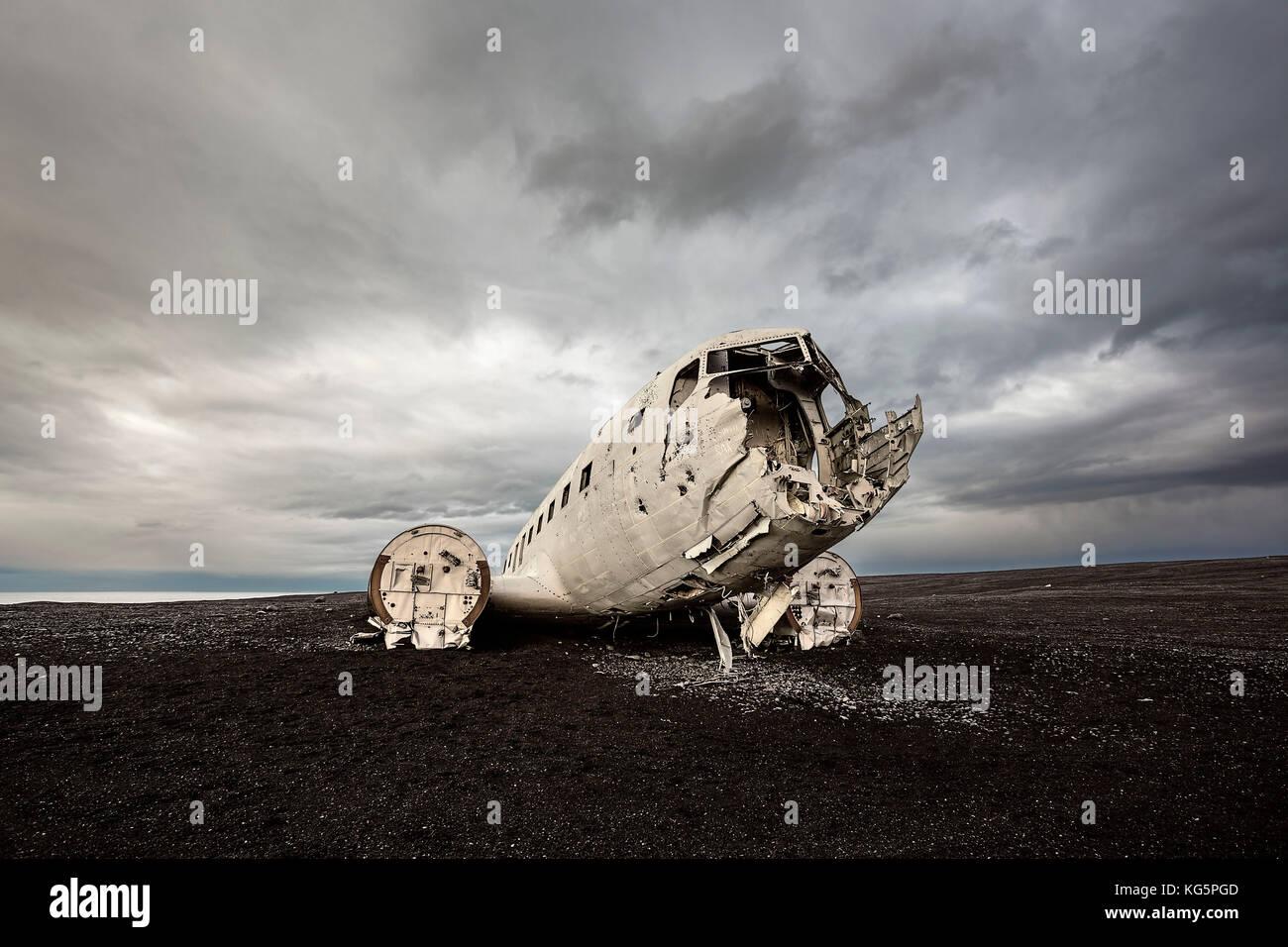 DC 3 abandoned on Black Beach, Vik I Myrdal, Iceland - Stock Image