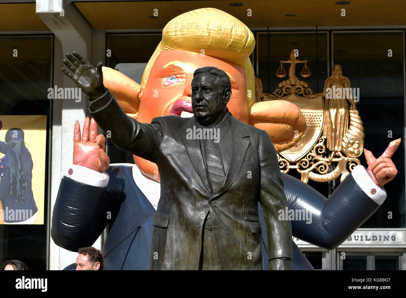 Philadelphia, United States. 04th Nov, 2017. 'Trump Rat' inflatable sculpture is erected behind the Frank - Stock Image