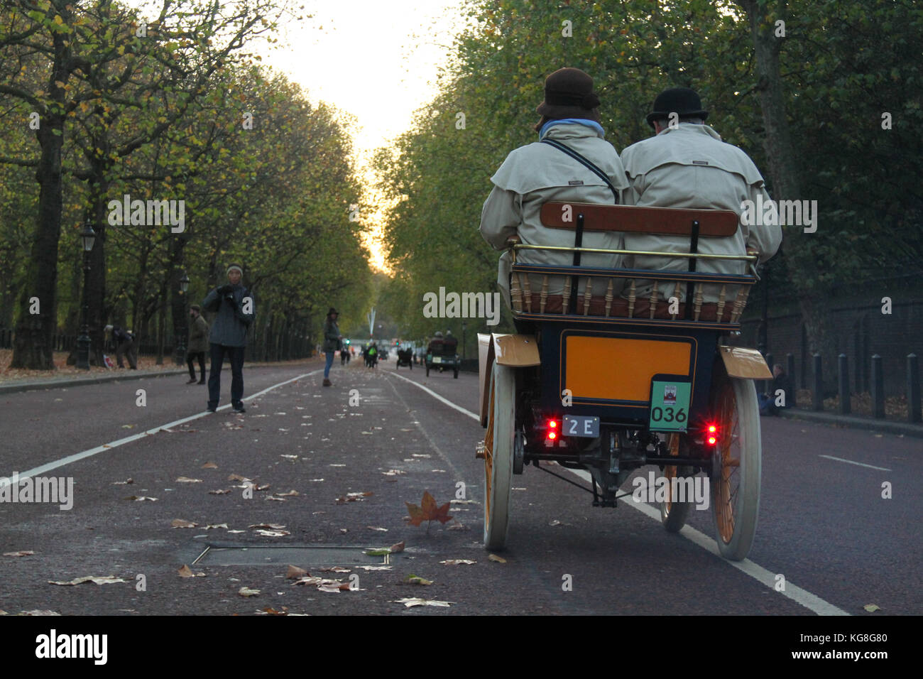 London, UK. 05th Nov, 2017. Hyde Park Corner, London, UK - November 5: A couple speed their vintage car on Constitutional - Stock Image
