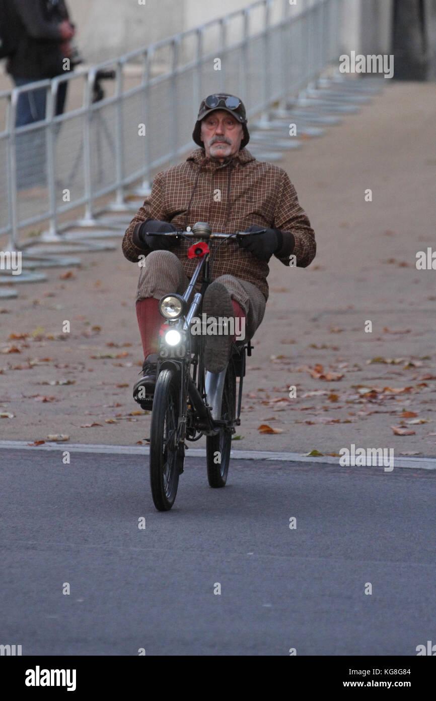 London, UK. 05th Nov, 2017. Hyde Park Corner, London, UK - November 5: A vintage bicycle rider seen at the start - Stock Image