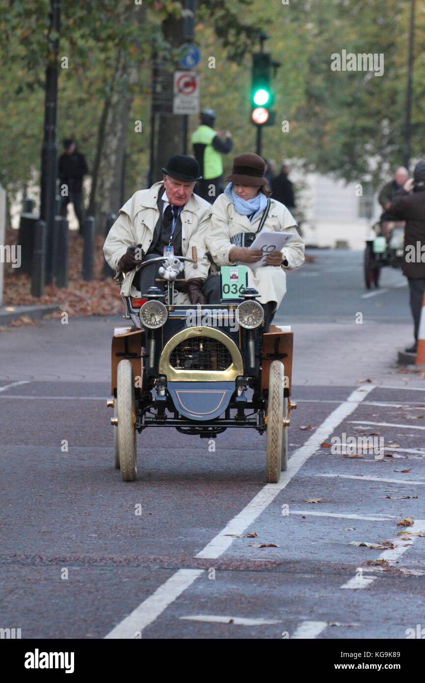 London, UK. 05th Nov, 2017. Hyde Park Corner, London, UK - November 5: A coupe drive their 1900 two seater Renault - Stock Image