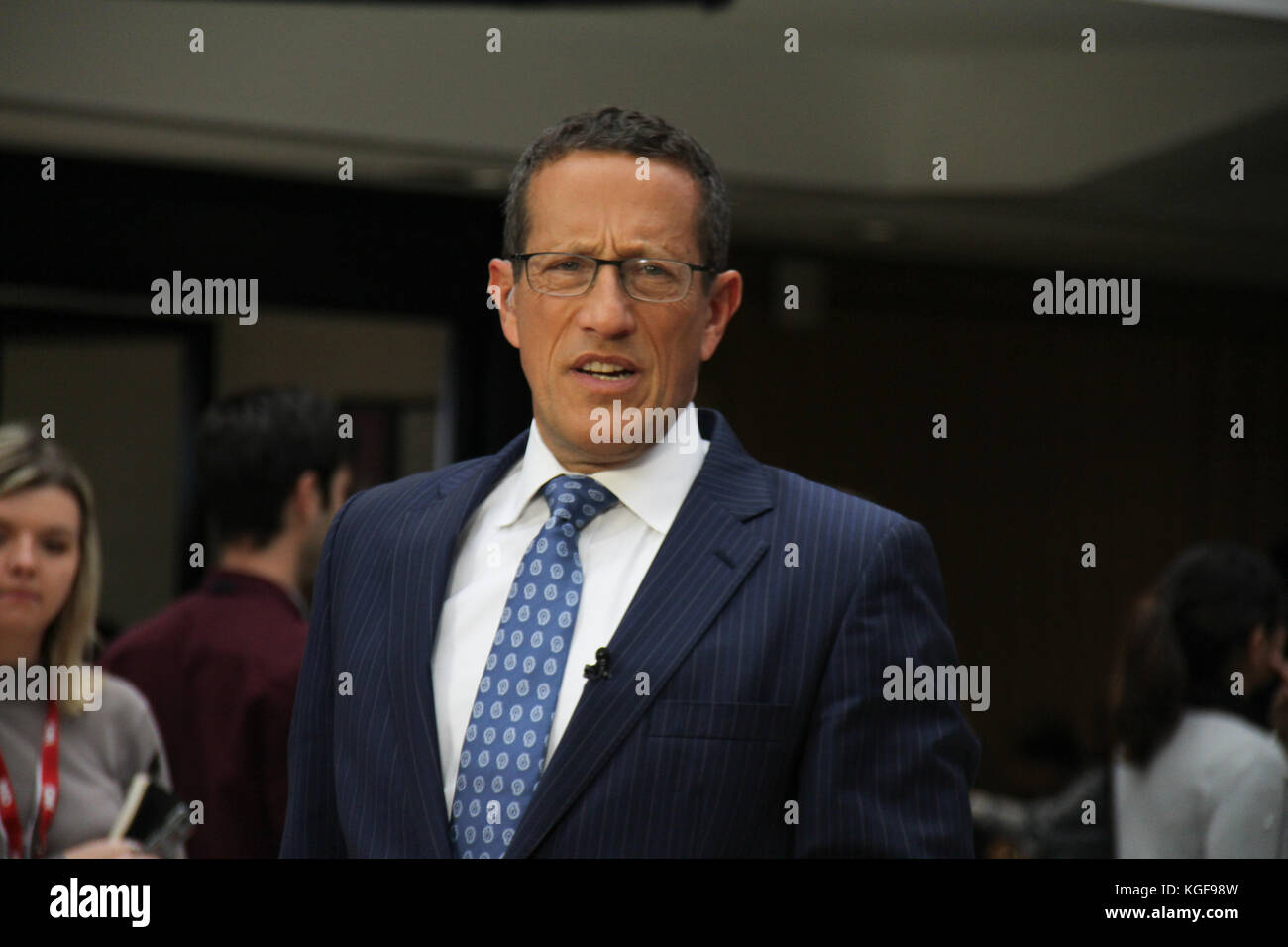 London, UK. 7th Nov, 2017. CNN's Bussines anchor Richard Quest seen on set ahead of a live broadcast at the - Stock Image