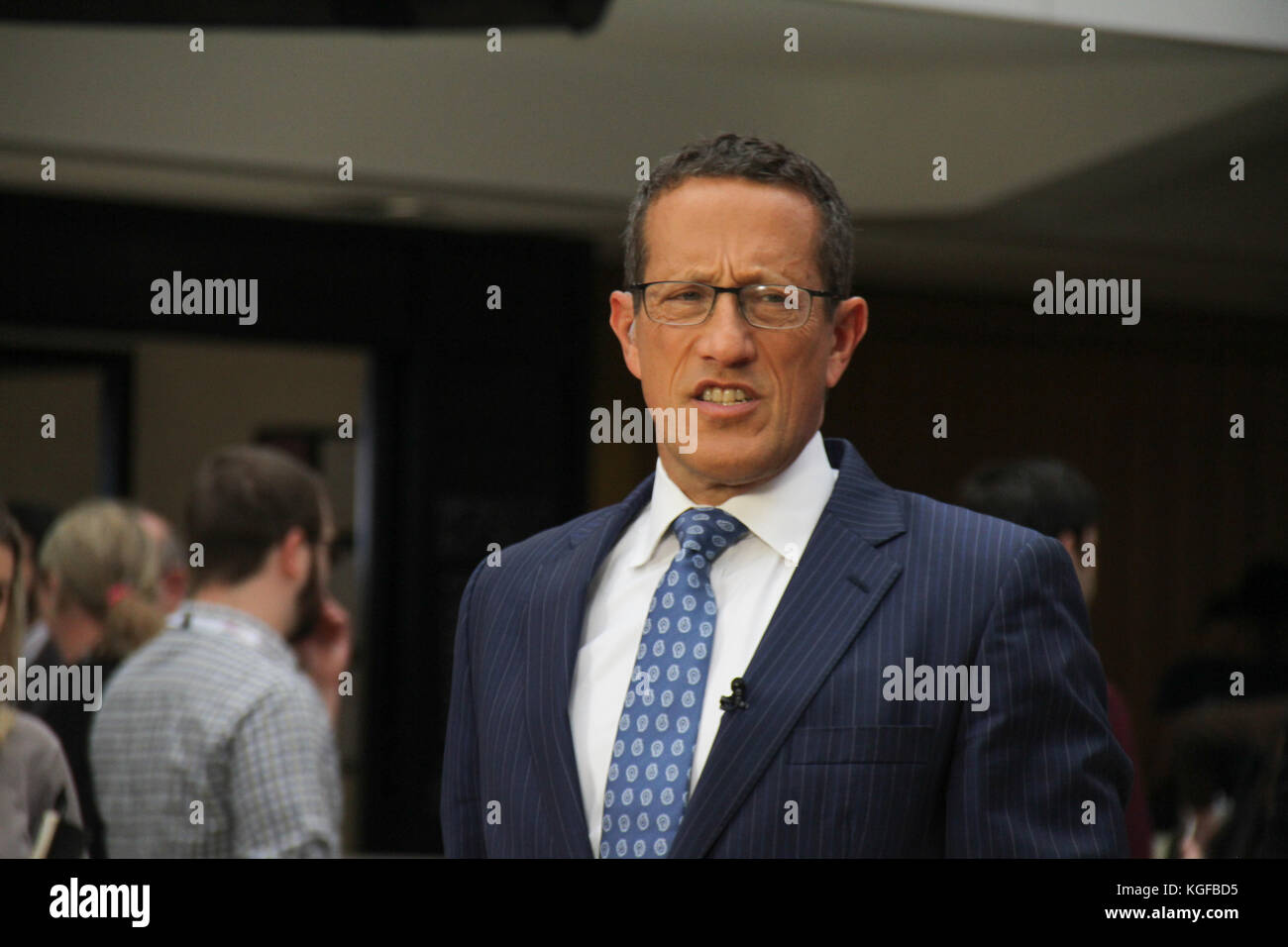 London, UK. 7th Nov, 2017. CNN's Bussines anchor Richard Quest seen ahead of a live broadcast at the annual - Stock Image