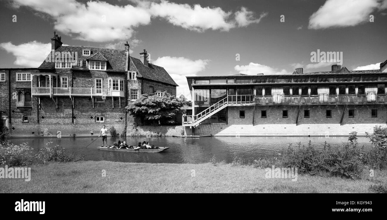 Punt on River Cam passing the Old Granary of Darwin College Cambridge - Stock Image