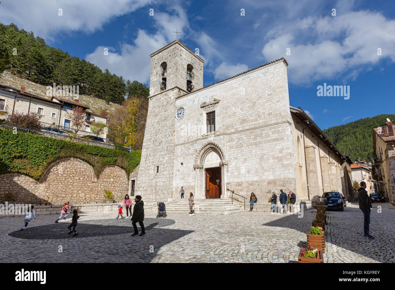 Pescasseroli (Abruzzo, Italy) - A view of the little town, SS Pietro and Paolo church - Stock Image