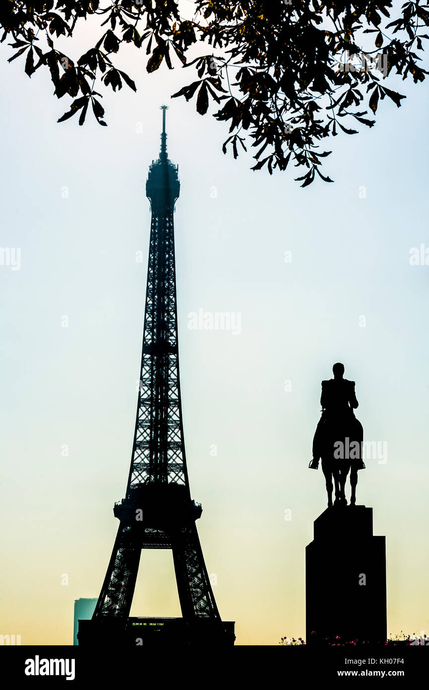 FRANCE. PARIS (75), 16TH ARR, THE EIFFEL TOWER AND THE EQUESTRIAN STATUE OF GENERAL FOCH - Stock Image