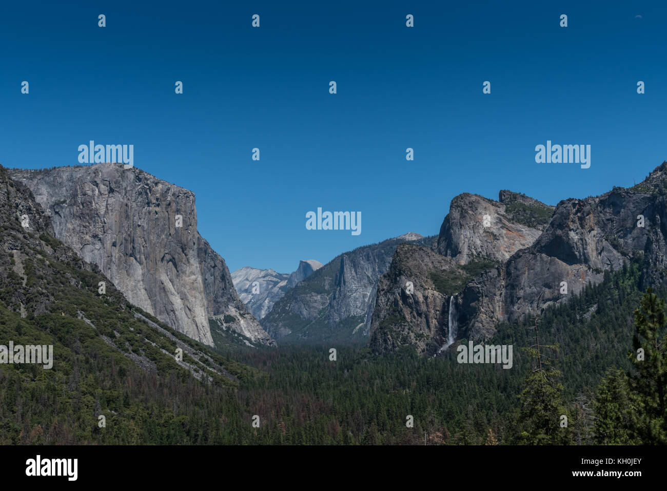 Yosemite from Tunnel View on blue sky afternoon - Stock Image