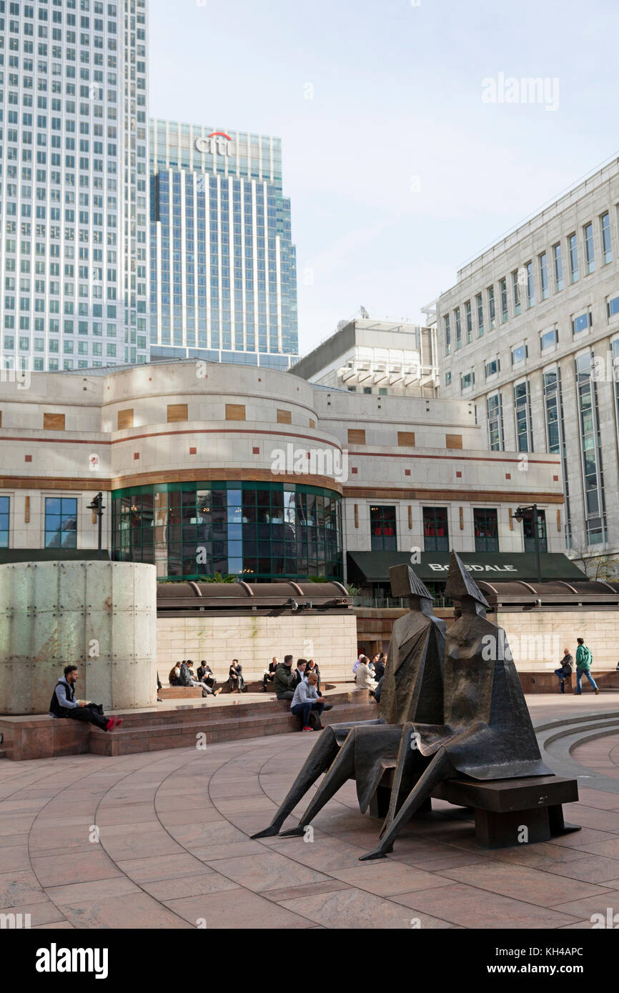 'Couple on Seat' sculpture by Lynn Chadwick in Cabot Square, Canary Wharf, London - Stock Image