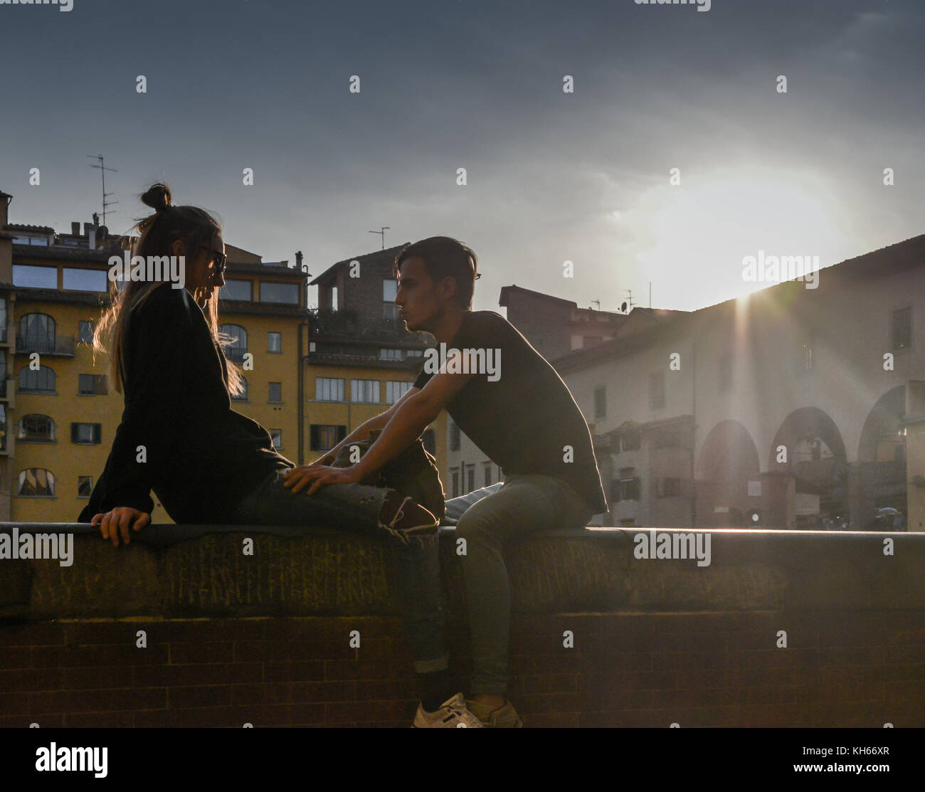 silhouette-of-young-couple-next-to-ponte-vecchio-in-florence-tuscany-KH66XR.jpg