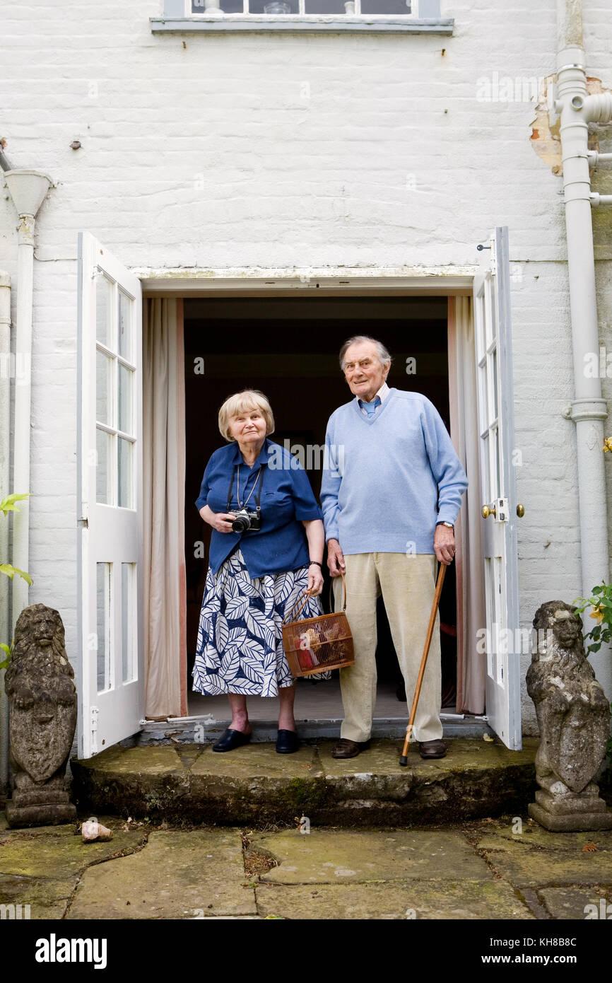Photographer Jane Bown (13 March 1925 – 21 December 2014) and cartoonist/ illustrator Haro Hodson, portrait in doorway - Stock Image