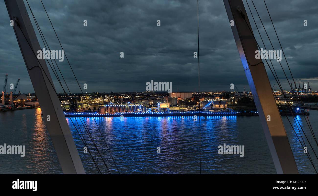 Die Silos der Firma Sasol im Hamburger Hafen umrahmt von der Beleuchtung des Blue Port 2017. Im Wasser der Elbe - Stock Image