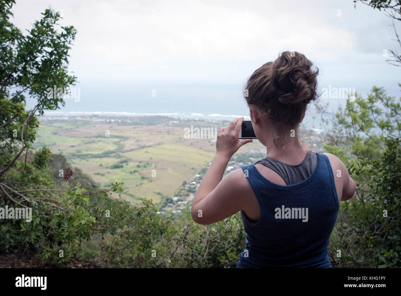Teen girl taking picture with mobile phone - Stock Image