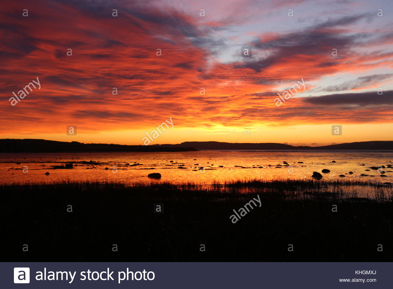 Dundee, UK. 17th Nov, 2017. Sunrise over Tay Estuary, the start to another cold but dry day in Tayside. Credit: - Stock Image