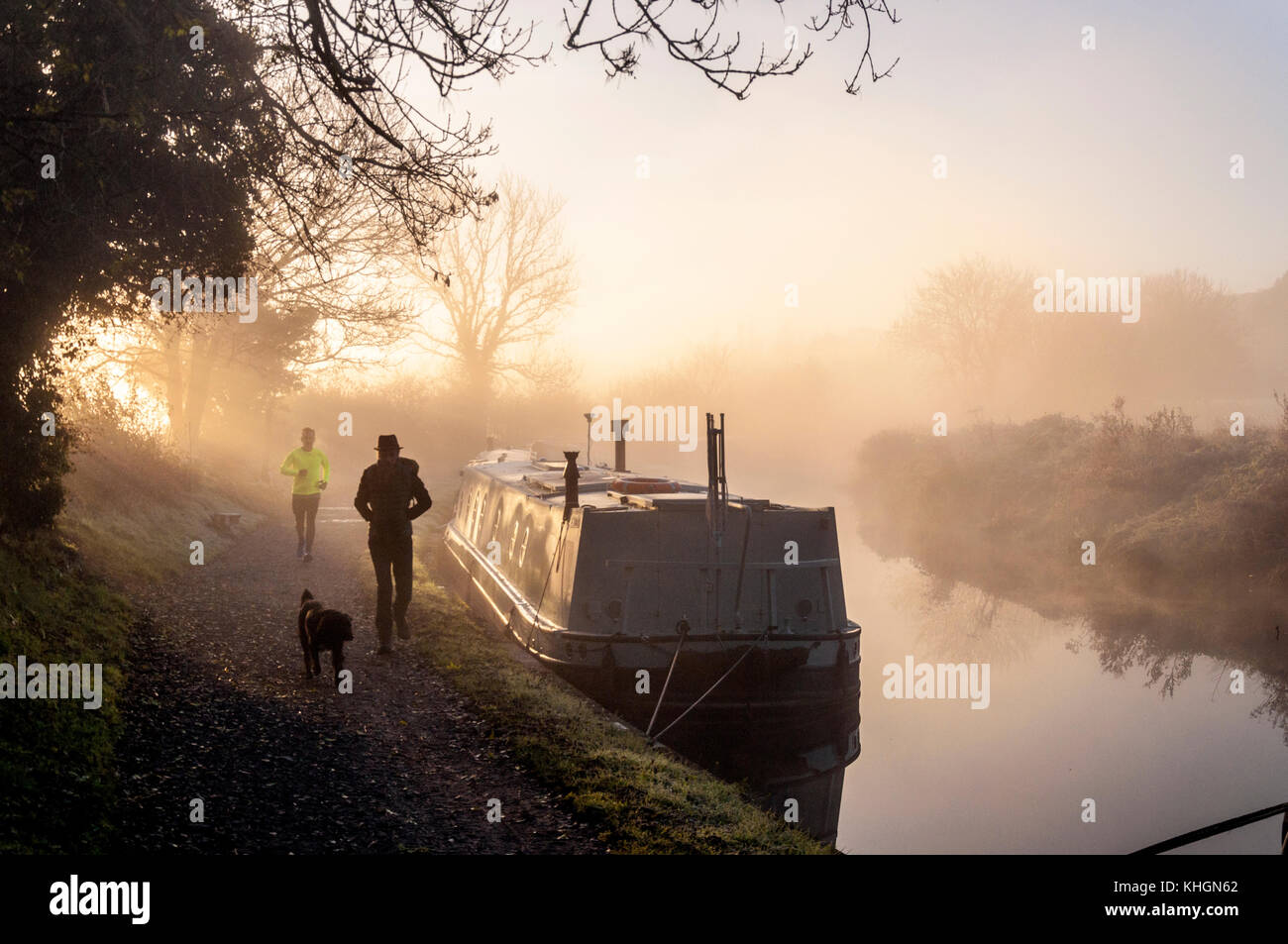 Bathampton, Somerset, UK weather. 17th November 2017. The sun rises over narrowboats on the Kennet and Avon Canal - Stock Image