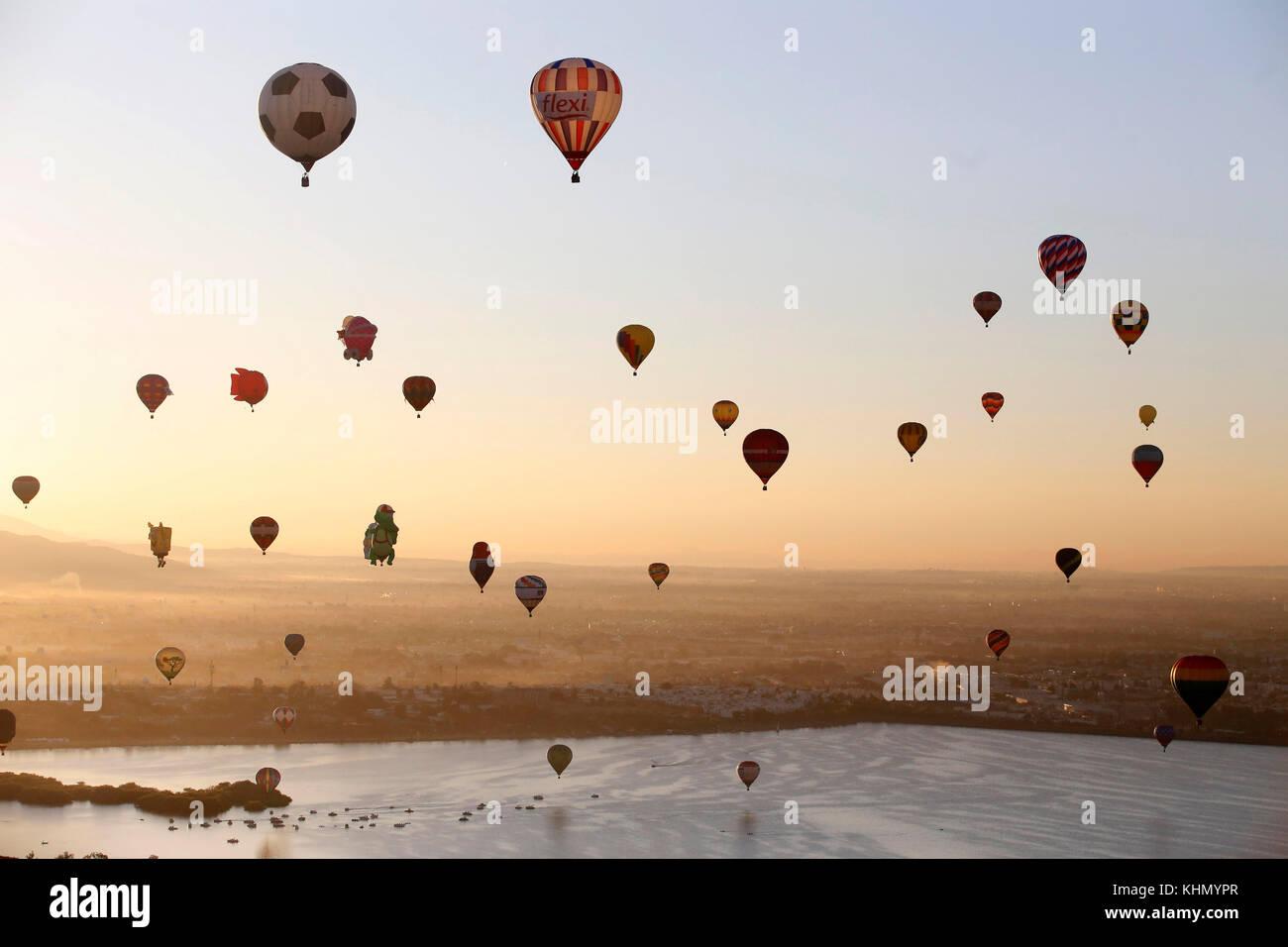 Leon, Guanajuato state, Mexico, 18 November 2017. 18th November, 2017. Dozens of hot air balloons take flight during - Stock Image