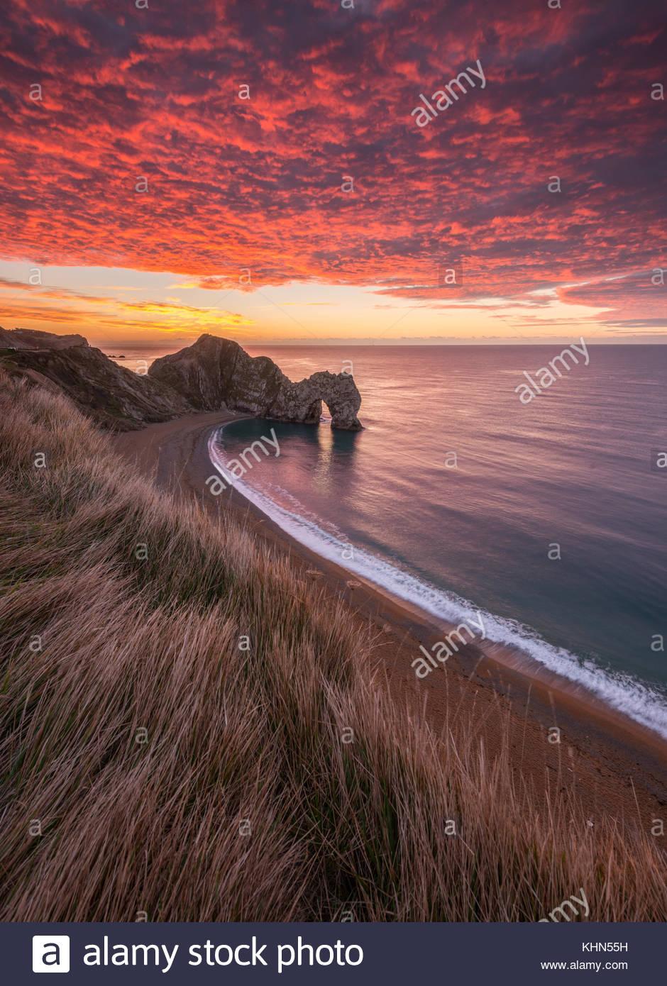 Dorset, UK. 19th November, 2017. UK Weather: Stunning sunrise at Durdle Door in Dorset Credit: Dan Tucker/Alamy - Stock Image