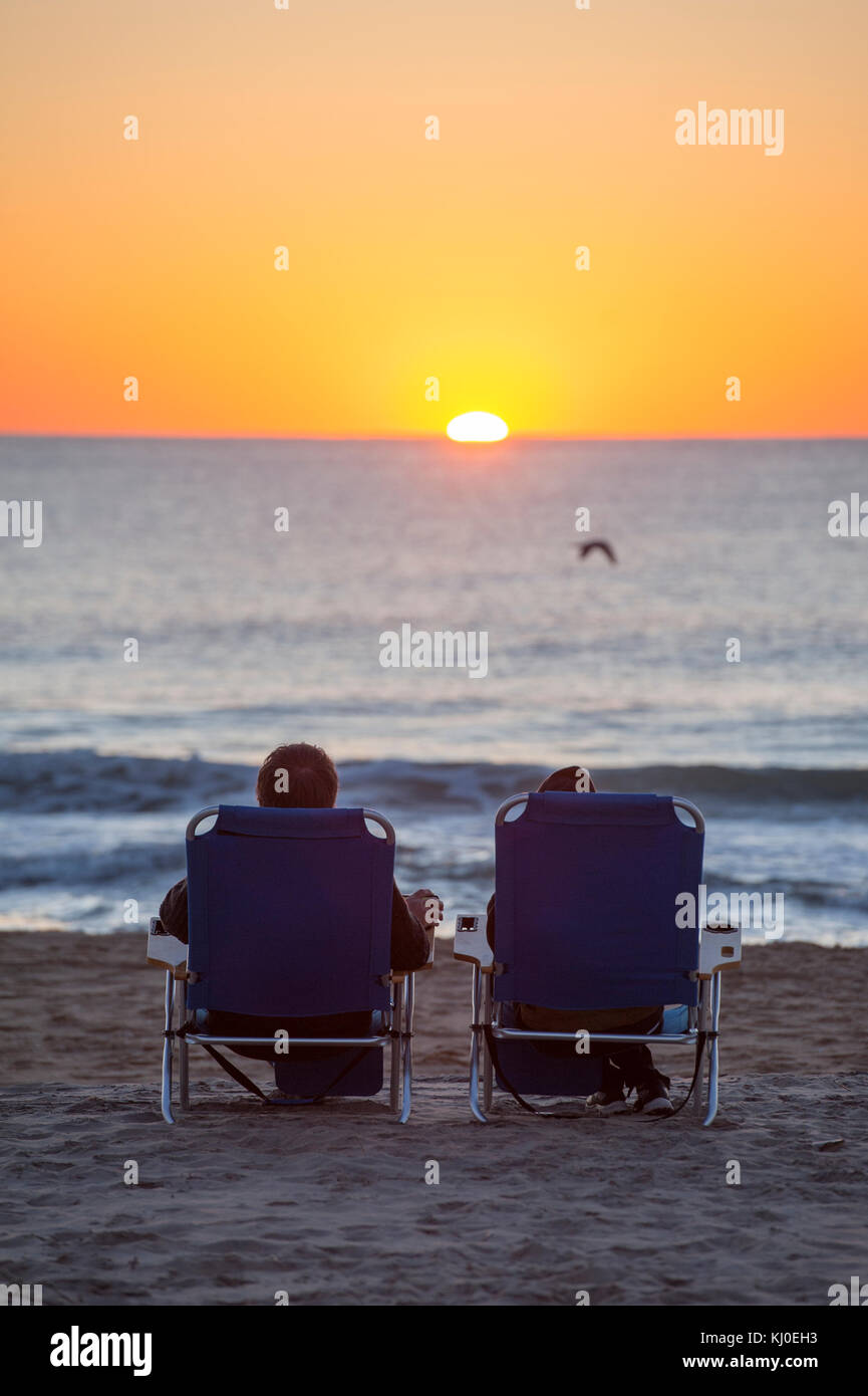 usa-maryland-md-ocean-city-couple-watchi