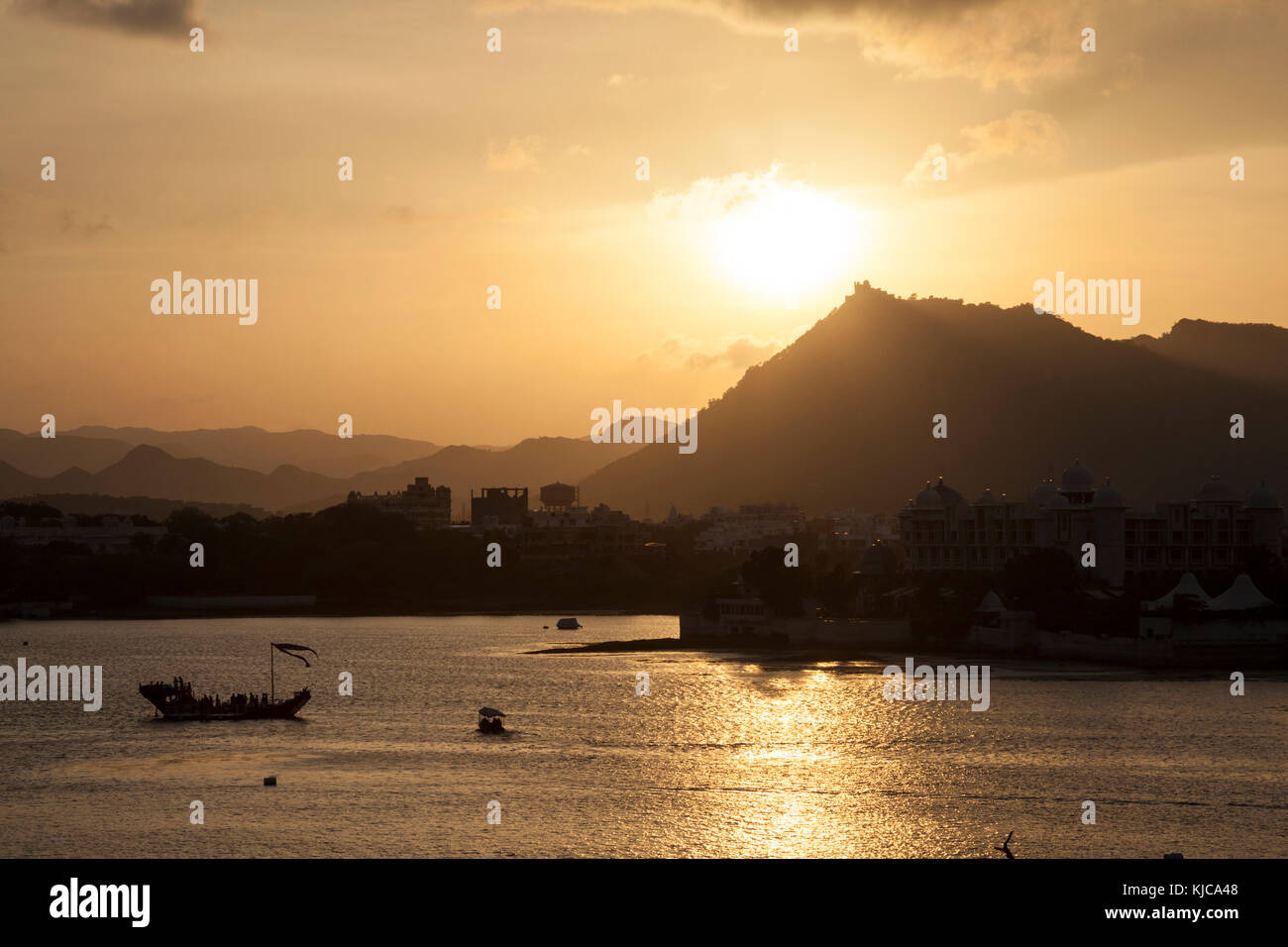 The sunsets over the Lake Pichola in Udaipur, India. - Stock Image