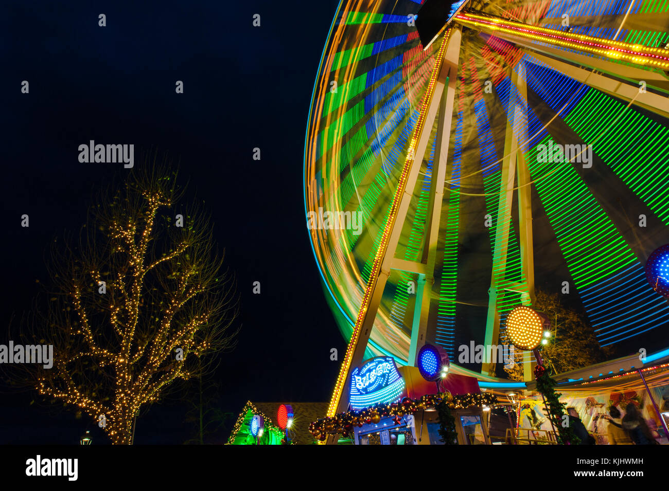 ferris-wheel-in-motion-at-night-in-luxem