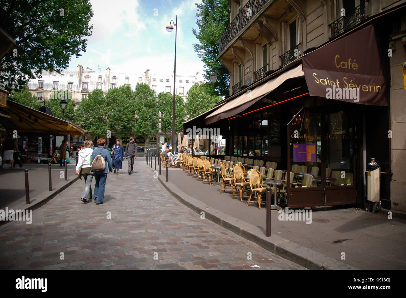 Small cafe in streets paris stock photos small cafe in for Restaurant miroir paris 18