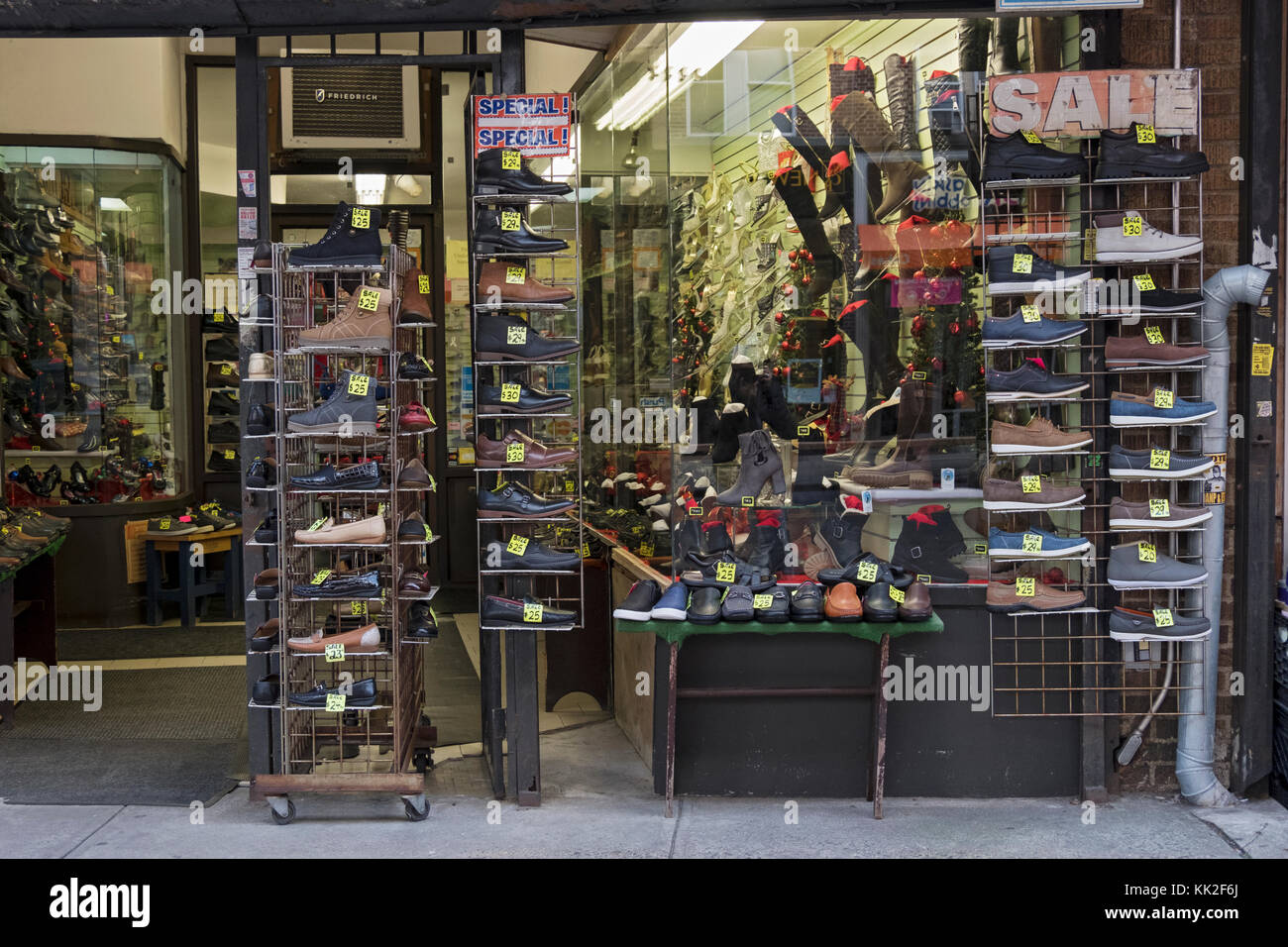 The exterior of Alco Shoes on Liberty avenue in Richmond Hill, Queens, New York with inexpensive shoes on sale. - Stock Image