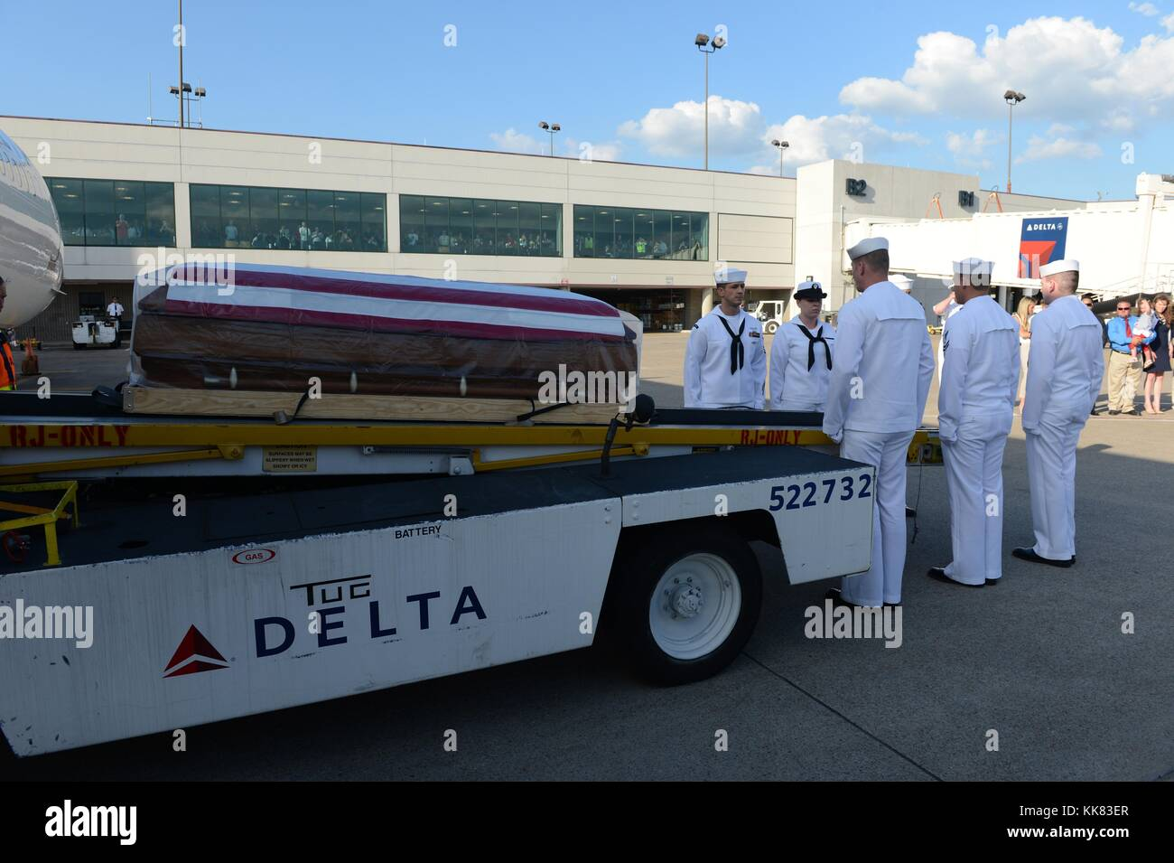 Sailors assigned to Navy Operational Support Center NOSC Nashville perform plane side honors for the remains of - Stock Image