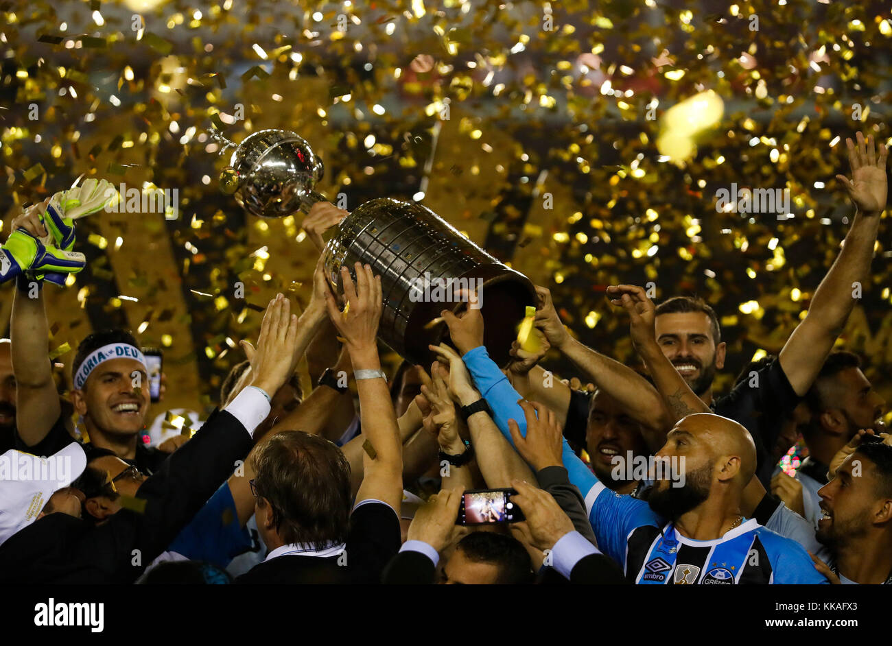 Buenos Aires, Argentina. 30th Nov, 2017. Gremio's players celebrate with the trophy after winning the Copa Libertadores - Stock Image