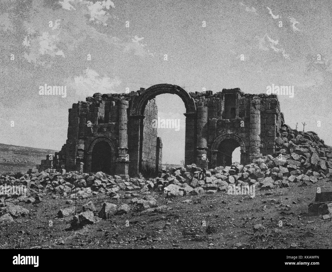 The ruins of the Roman portion of the city of Jerash, portions of a stone structure and an archway are still standing - Stock Image