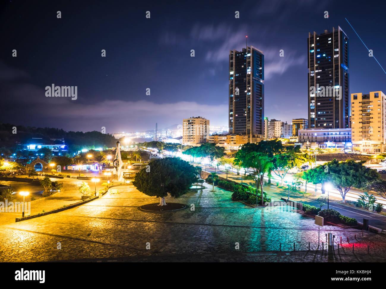night-photo-looking-along-avenida-la-con