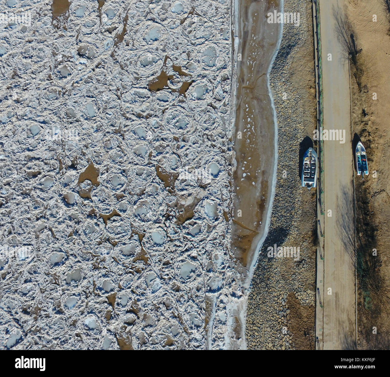 Hohhot. 5th Dec, 2017. Photo taken on Dec. 5, 2017 shows the frozen Yellow River at Togtoh section in north China's - Stock Image