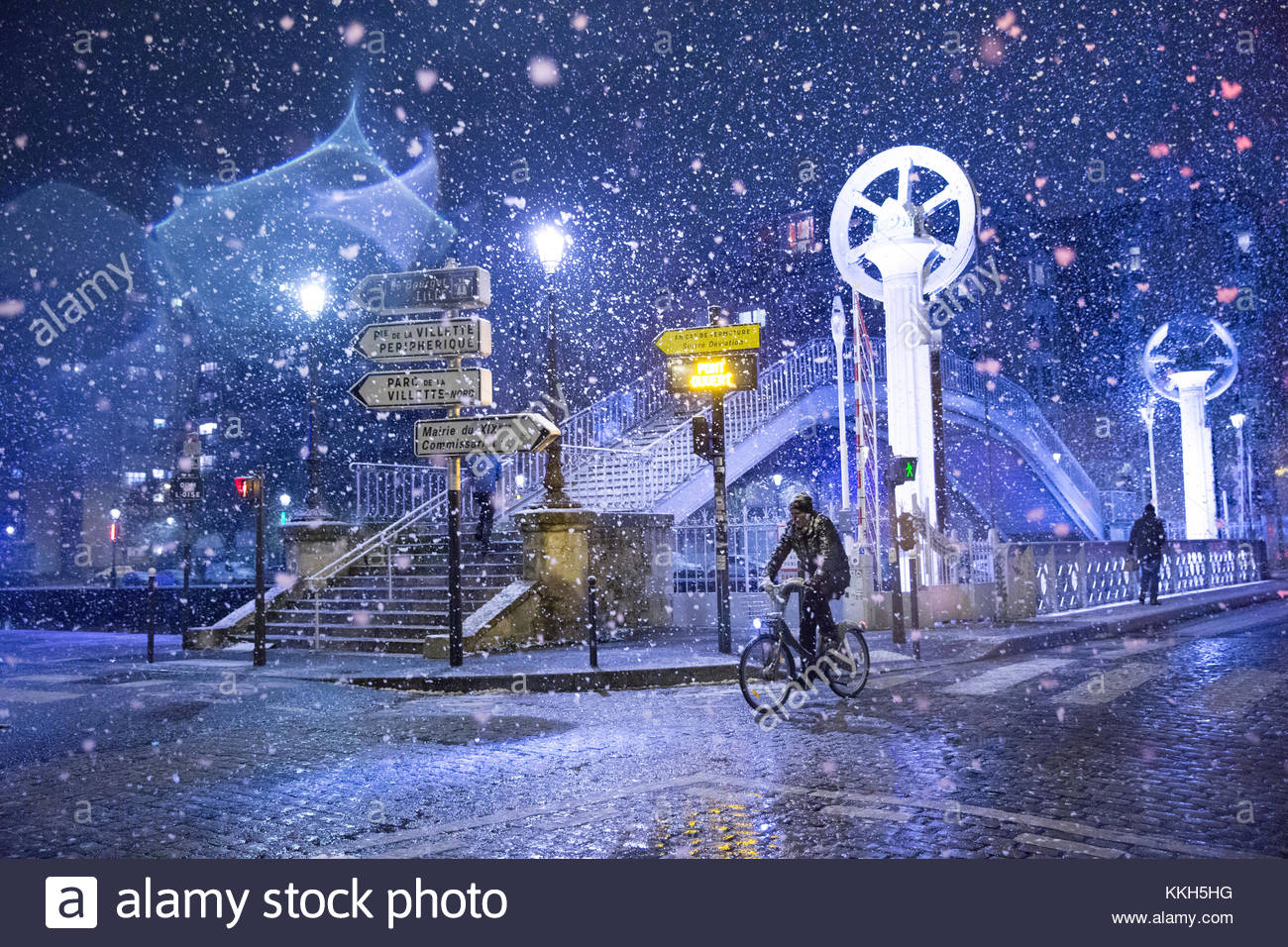 Paris, France. 30th Nov, 2017. A person cycles on the streets of Paris, France on November 30, 2017 as the region - Stock Image