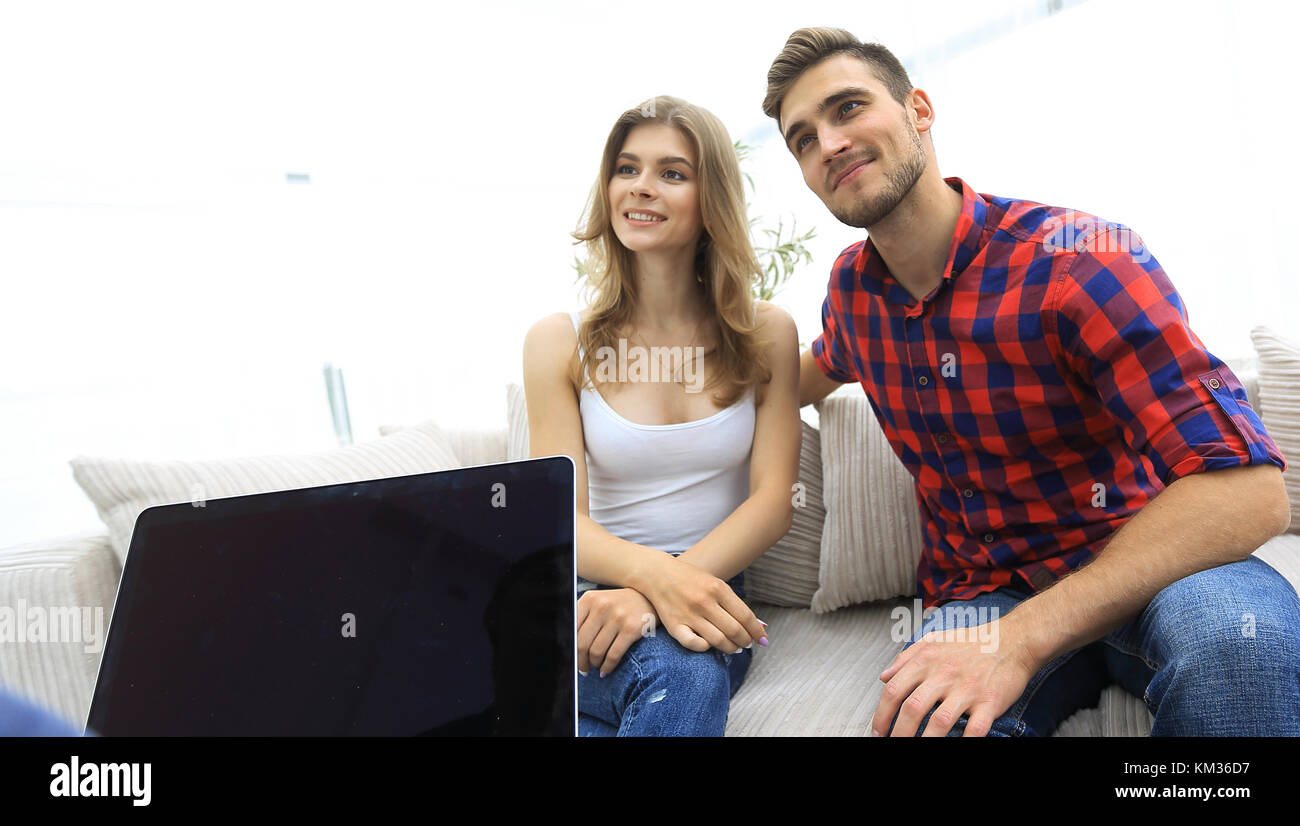 woman psychologist conducts a session with a young couple - Stock Image
