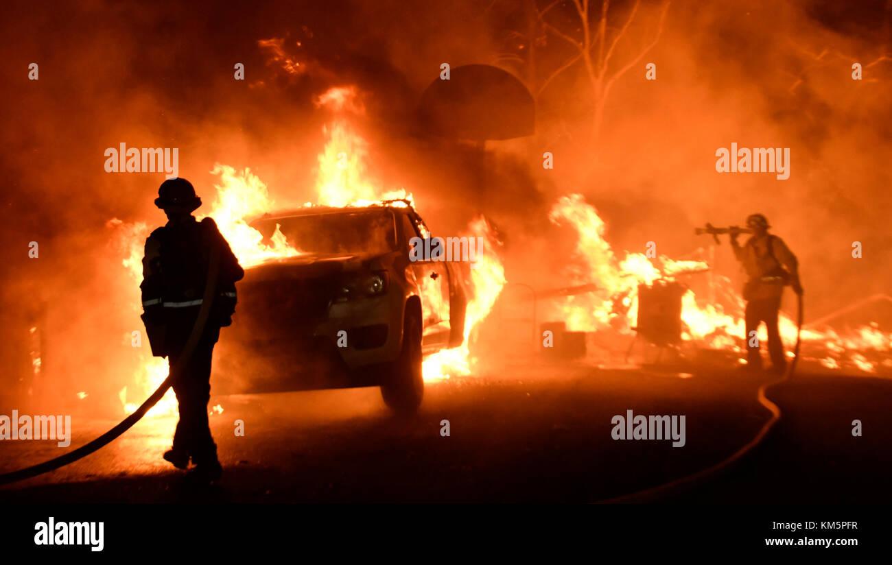 SANTA PAULA, California, USA. 4th Dec, 2017. Firefighters battle a santa ana wind-driven brush fire called the Thomas - Stock Image