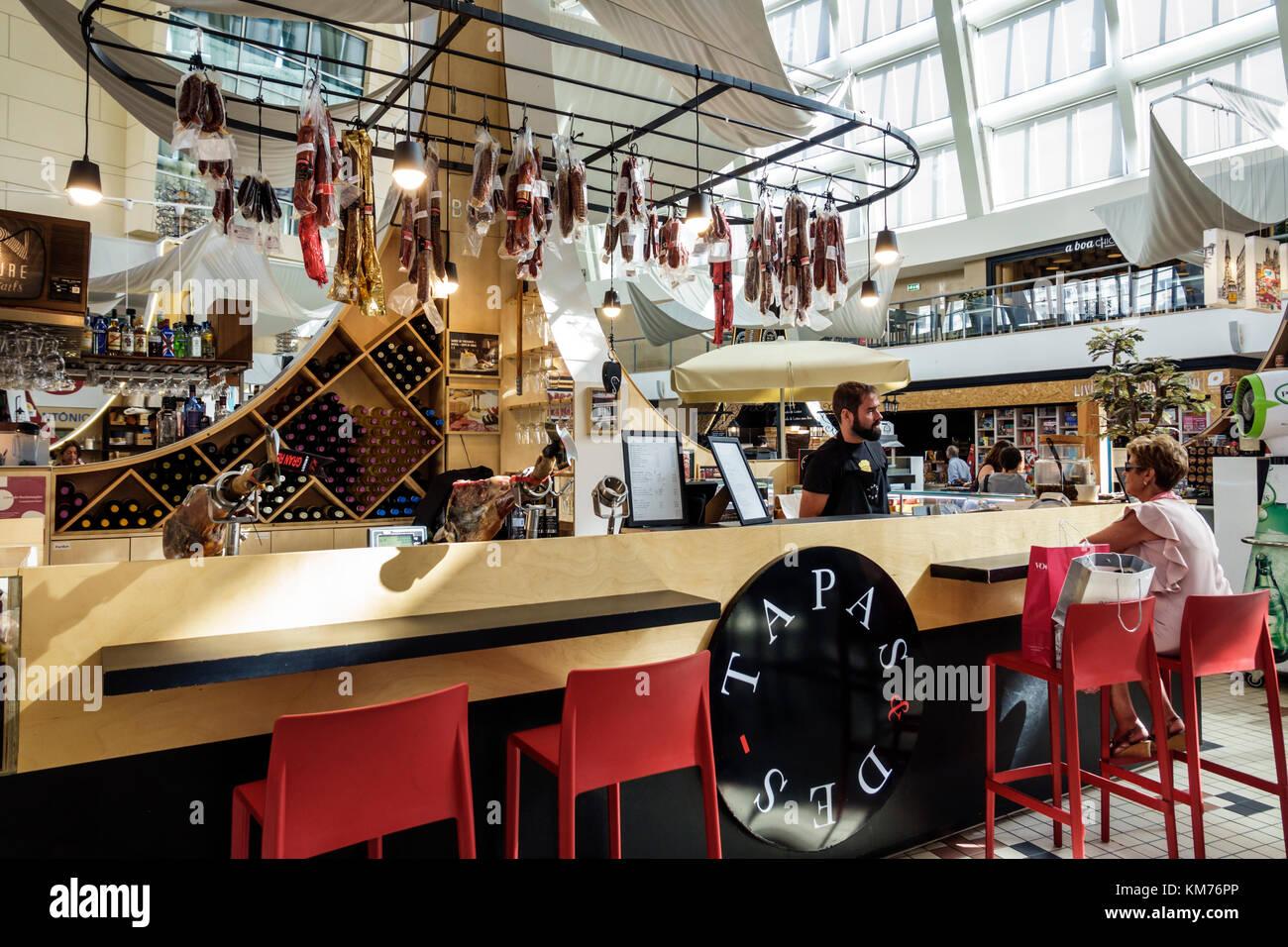 Porto Portugal Mercado do Bom Sucesso urban market food court dining vendor stand kiosk Tapas & Des restaurant - Stock Image