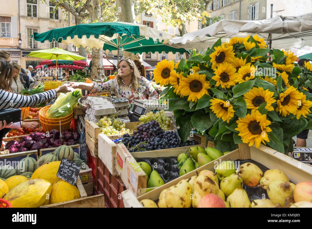 Market Place Richelme, sun flowers,  fruits,  Aix en Provence, Bouche du Rhone, France - Stock Image
