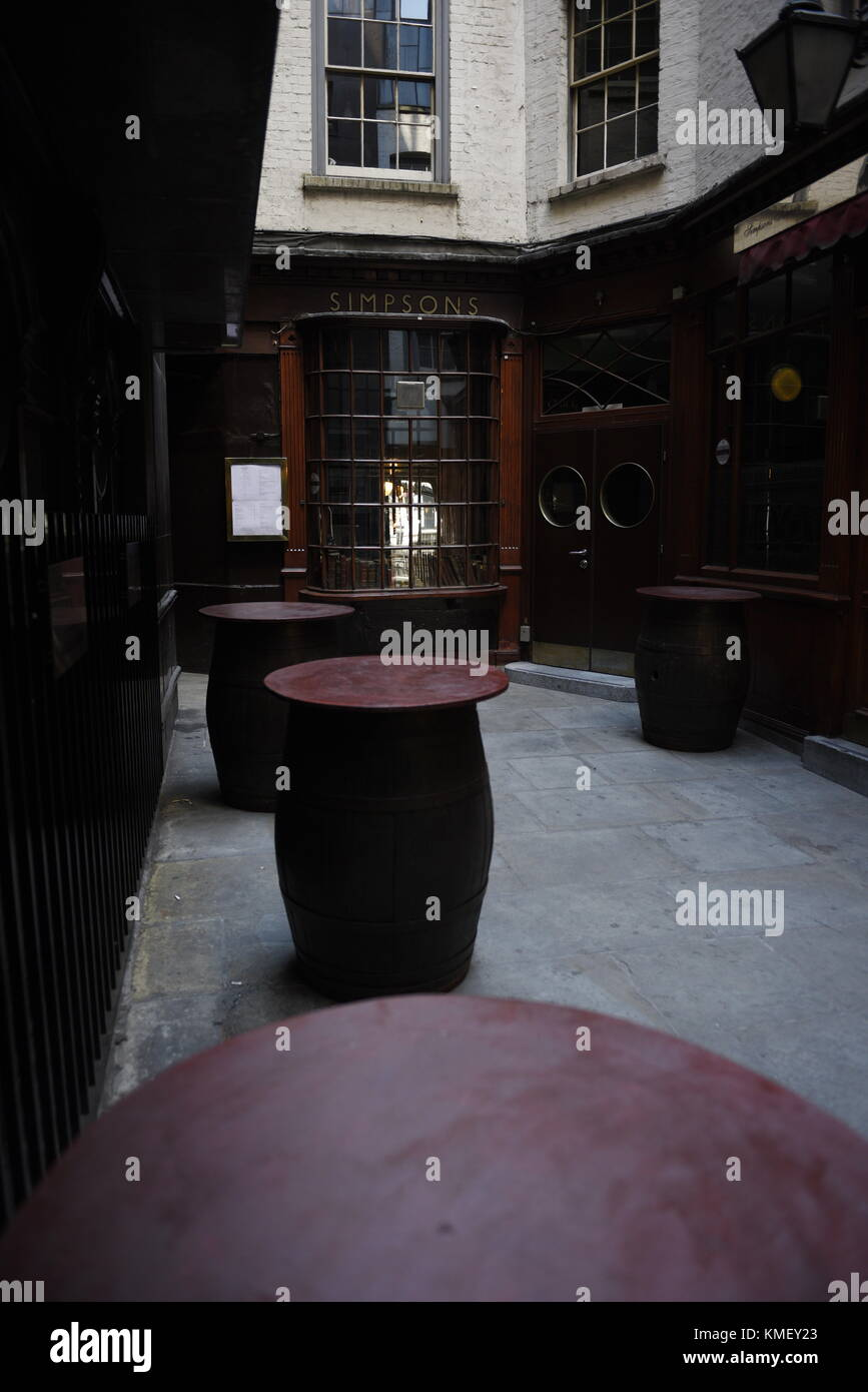 Simpson's Tavern, 38 1/2 Ball Court Alley, Cornhill, London EC3V 9DR. Simpsons Tavern is located just off Cornhill, - Stock Image